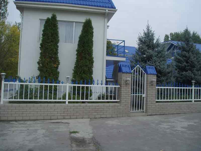 белый металлический забор
