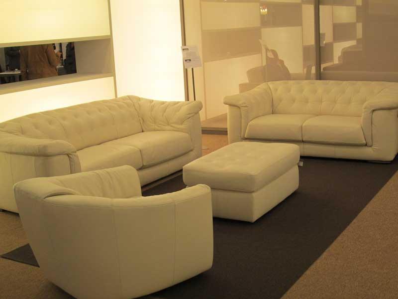 Фото двух белых кожаных диванов