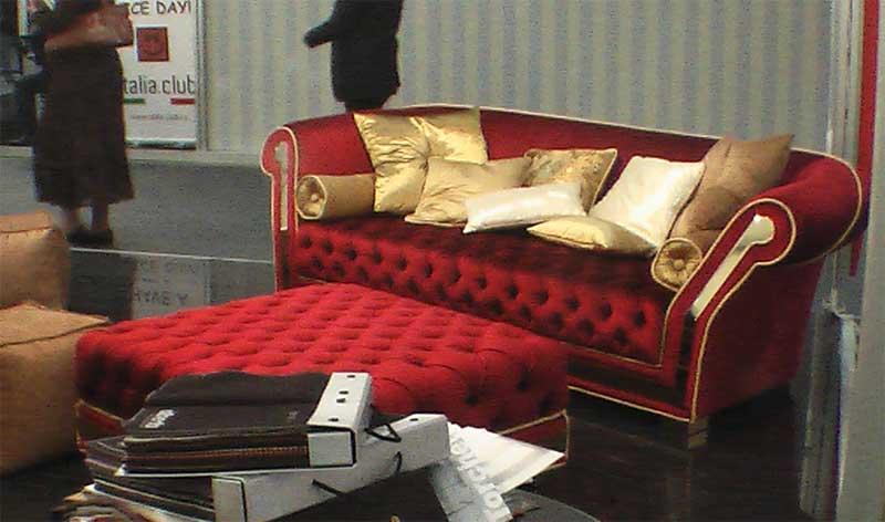 Фото красного дивана