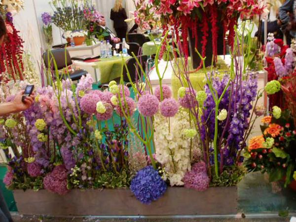 оформить зал букетами цветов