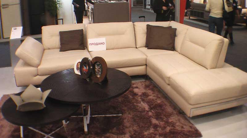 Фото углового белого дивана
