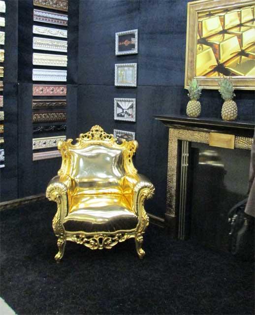 Фото золотого кресла
