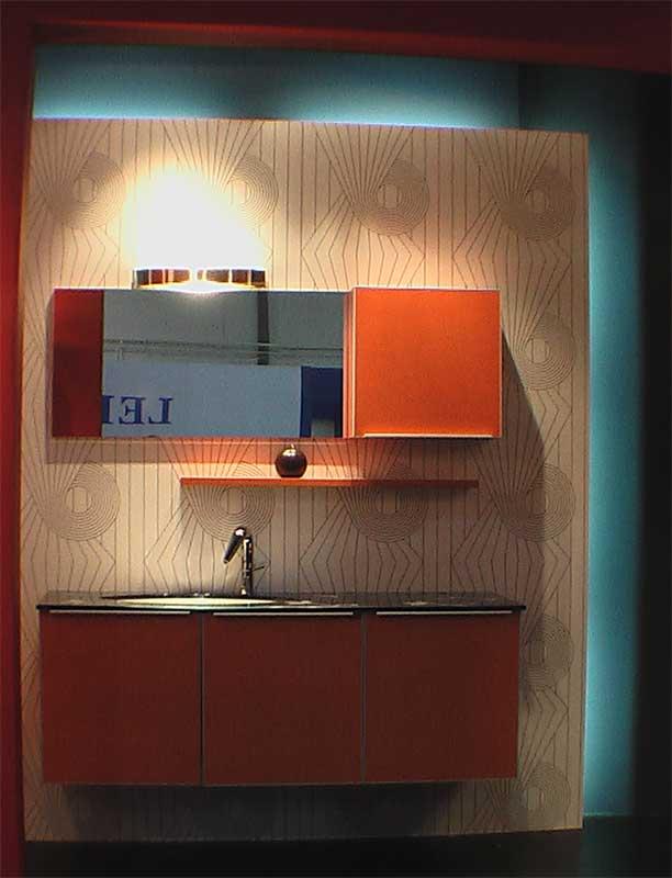 Гарнитур для ванной комнаты оранжевого цвета, столешница - черный камень