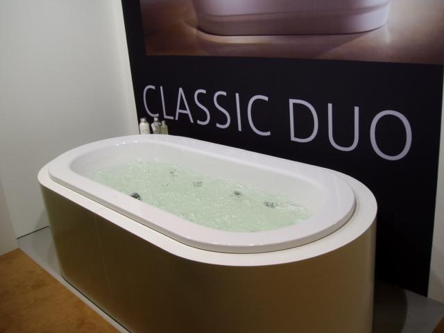 Классическая ванна округлой формы чаша-  блая, низ -светлое дерево