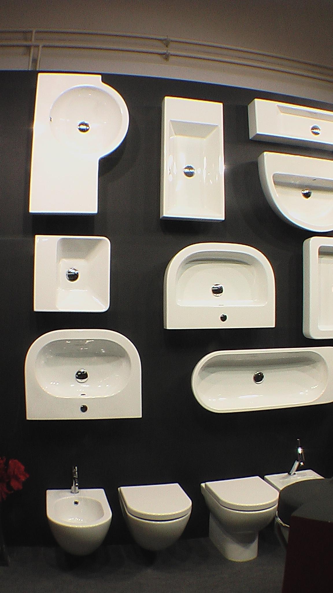 Коллекция белой сантехники раковины, унитазы