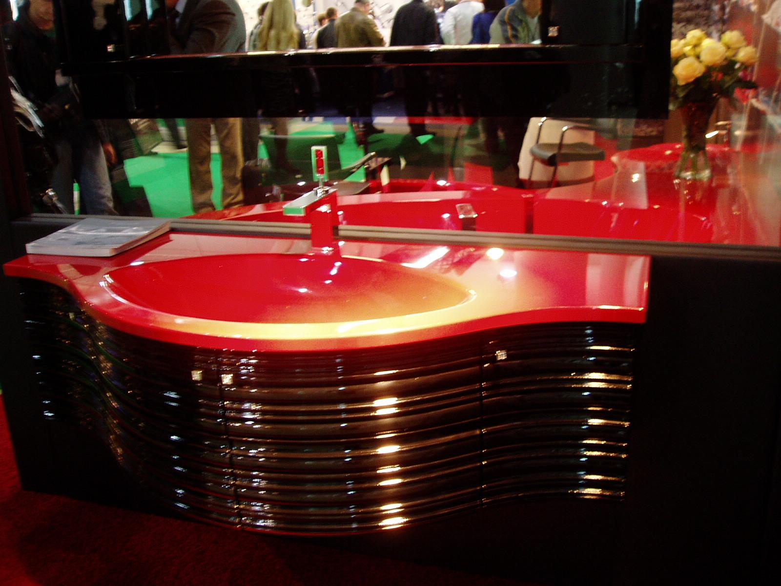 Красная раковина, изготовленная из блестящего пластика