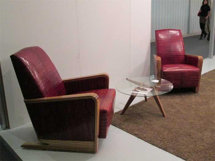 Красные кожаные кресла с деревянными подлокотниками