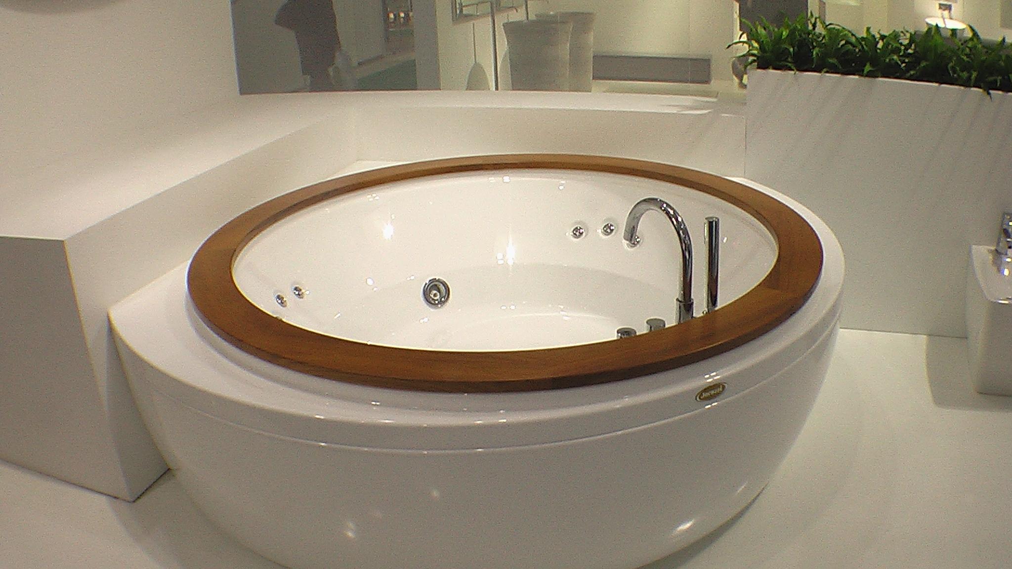 Круглая джакузи для установки в центре большой ванной комнаты