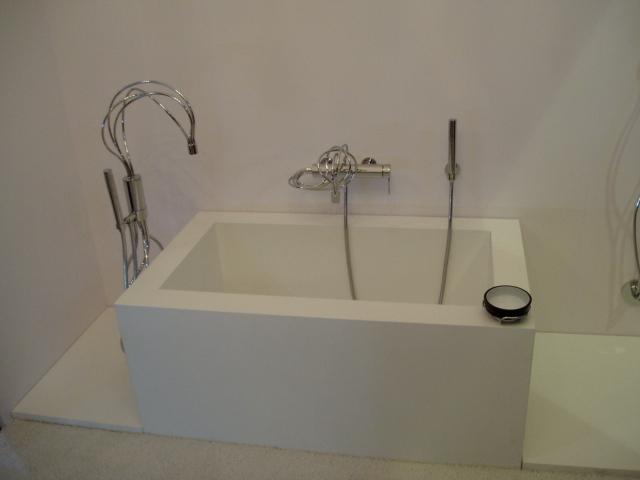 Квадратная белая ванная стиль хай тек