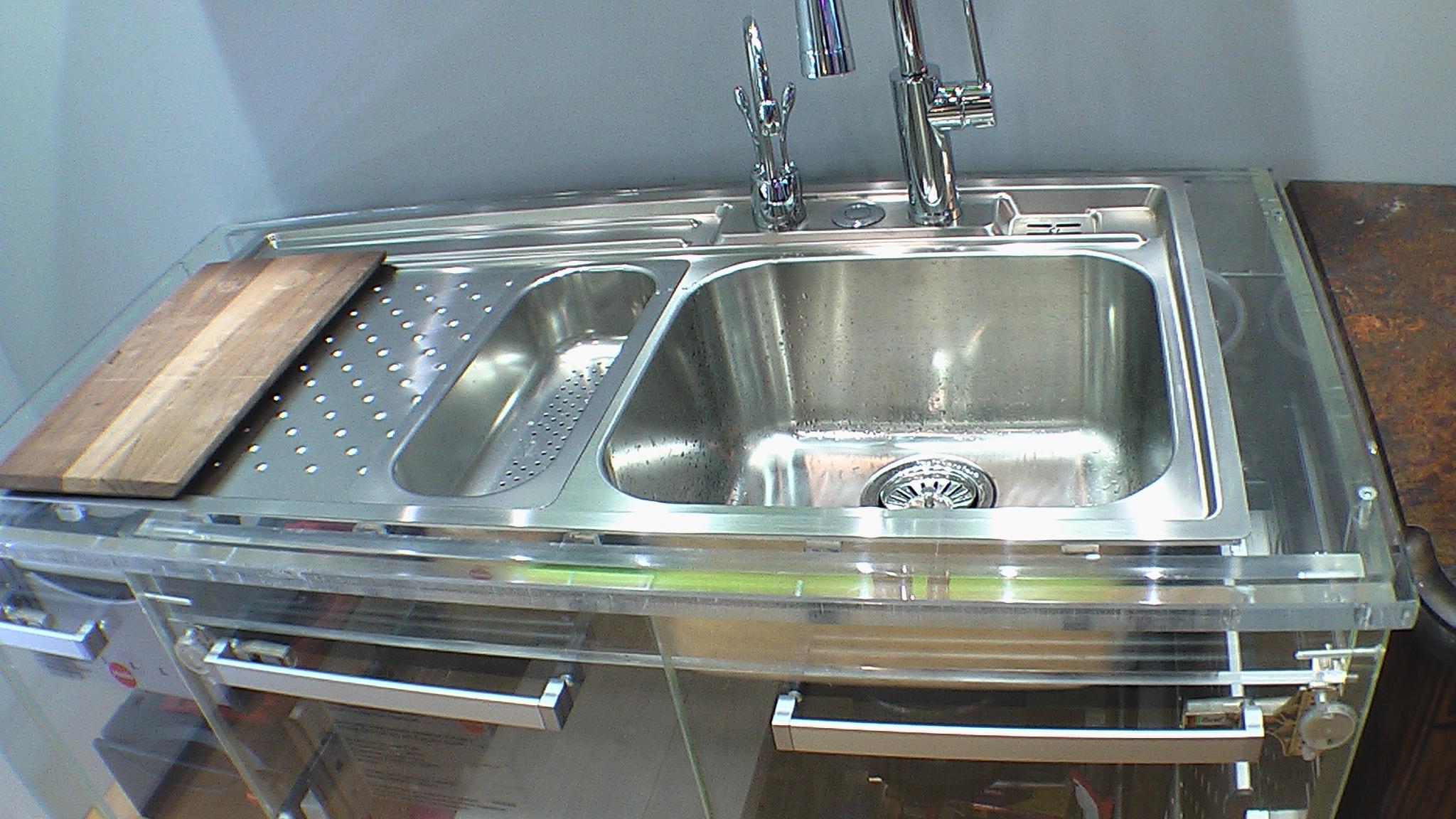 Металлическая мойка с местом для сушки посуды