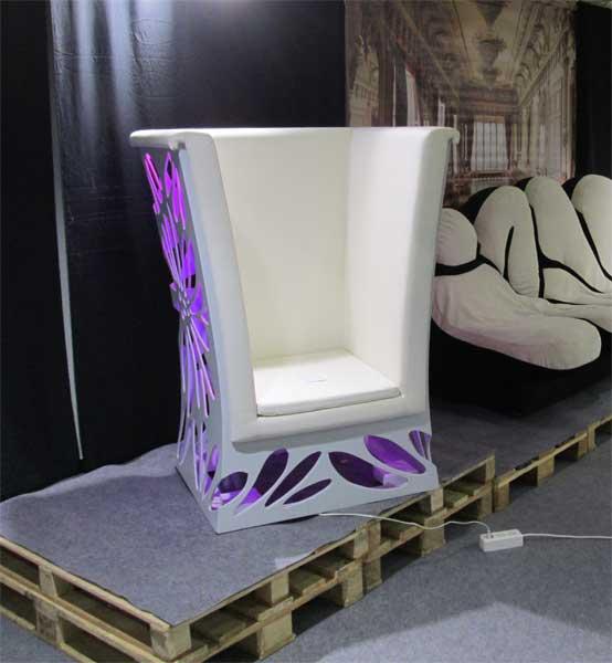 Оригинальное кресло с сиреневой подсветкой