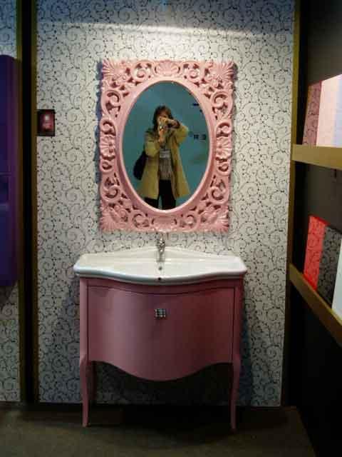 Розовая фигурная тумба сраковиной
