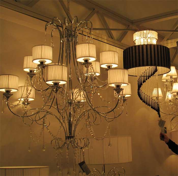 Серебристая люстра на 12 ламп для большой гостиной