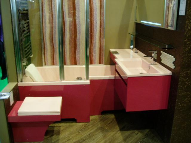 Сложная форма ванной и раковины в ванной комнате цвета фуксии