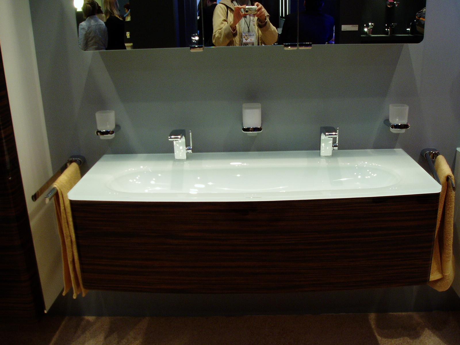 Современная ванна белого цвета с двумя смесителями