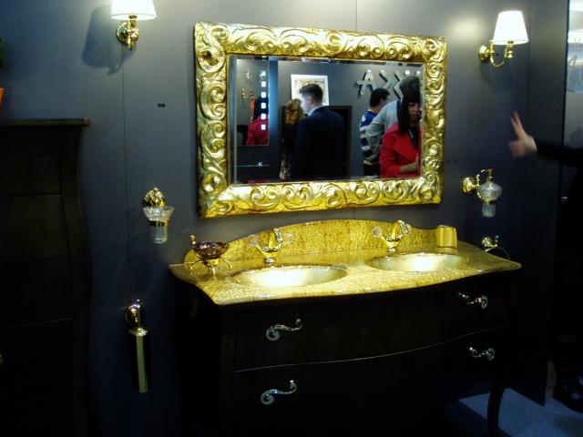 Золотая раковина на черной тумбе